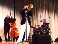 Deutsch: Die Jazz-Combo um Joo Kraus während eines Konzerts im Atrium von Vilshofen an der Donau im Rahmen der Konzertreihe Herbstlaub im November 2010. by High Contrast